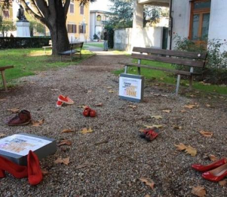 Giornata contro violenza donne, a Rufina scarpe rosse davanti al Comune