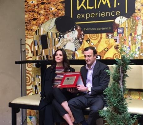 Ambra Angiolini riceve premio alla mostra Klimt Experience