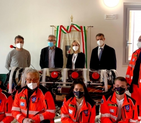 Sicurezza a bordo delle ambulanze, Menarini dona barella in biocontenimento a Humanitas Firenze