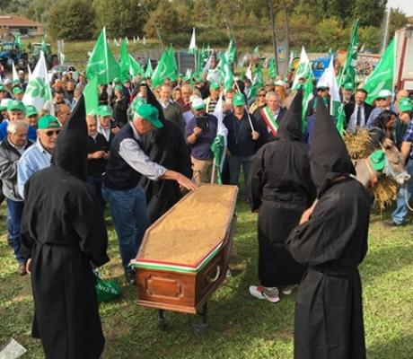 AGRICOLTURA - Il funerale del grano, agricoltori in rivolta